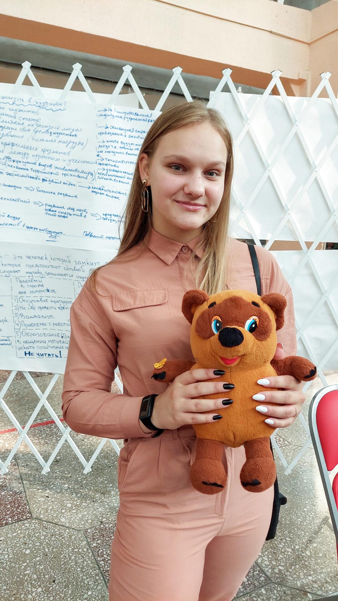 Образовательная экспедиция СОТ в Камчатский край: ученица школы-площадки «Точка Кипения» с символом экспедиций