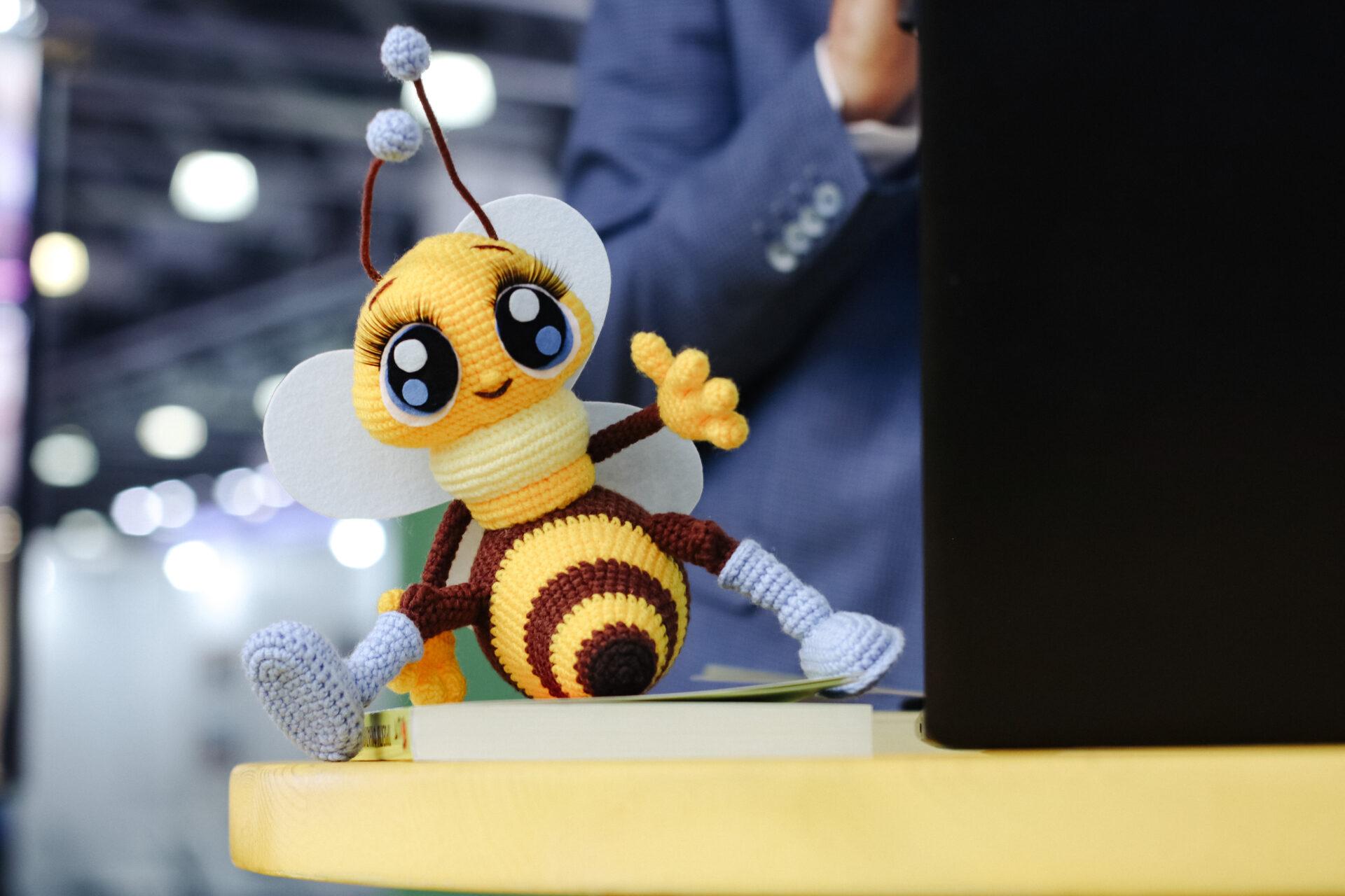Связанная пчёлка Сота в рамках мастер-класса по вязанию
